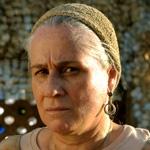 Vera Holtz como Lucinda.