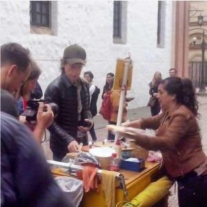 Mick Jagger comiendo oblea